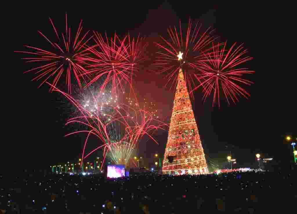 Pesta kembang api di sekitar pohon Natal Puerto Princesa, kota Palawan, sebelah barat Manila, 1 Desember (REUTERS/Romeo Ranoco).