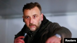 İslam ve göçmen karşıtı grubun lideri Lutz Bachman bir mlitingte konuşurken