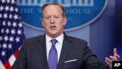 Sekretaris pers Gedung Putih Sean Spicer dalam arahan harian untuk media (30/1). (AP/Carolyn Kaster)