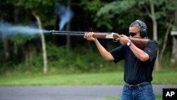 Президент США стреляет по глиняным тарелкам на стрельбище в Кэмп Дэвид, 4 августа 2012 года