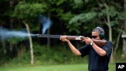 "Presiden Barack Obama tengah berolahraga menembak, atau dikenal dengan istilah ""skeet shooting"", di Camp David, Maryland, 4 Agustus 2012. (AP Photo/The White House, Pete Souza)."