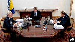 Arhiva - Članovi tripartitnog Predsedništva Bosne i Hercegovine, Šefik Džaferović (levo), Željko Komšić i Milorad Dodik (desno) tokom sednice u Sarajevu, BiH, 20. avgusta 2019. (Harun Muminović/FENA via AP)