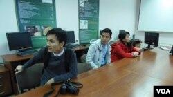俄罗斯希望吸引更多越南留学生。在西伯利亚托木斯克一所大学中的越南留学生。