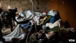 Gente con cólera a la entrada de un hospital público en las proximidades de la capital.