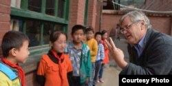 美国经济学家罗斯高和中国农村儿童 (受访者提供)