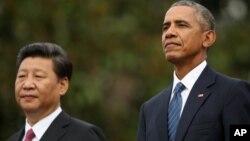 25일 백악관 환영행사에서 바락 오바마 대통령(오른쪽)과 시진핑 중국 국가주석이 나란히 서 있다.