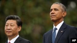 2015년 9월 백악관 환영행사에서 바락 오바마 대통령(오른쪽)과 시진핑 중국 국가주석이 나란히 서 있다.