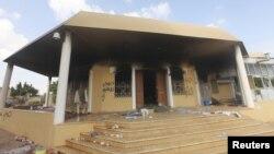 بن غازی میں امریکی سفارت خانے پر حملے کے بعد کا بیرونی منظر (فائل)