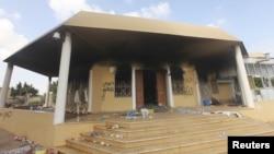 Suasana di luar Konsulat AS di Benghazi, sehari pasca serangan yang menewaskan empat warga AS, termasuk Dubes Chris Stephens, 11 September 2012 (Foto: dok). FBI dikabarkan tengah menginterogasi Ali Harzi, satu-satunya orang yang diketahui sebagai tersangka pelaku serangan ini.