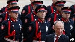 Sekretar ruskog Saveta bezbednosti Nikolaj Patrušev vrši smotru pripadnika srpske policije (AP Photo/Darko Vojinovic)