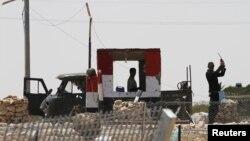 Tentara Mesir terlihat sedang berjaga di dekat perlintasan Kerem Shalom, wilayah pertigaan perbatasan Israel, Mesir dan perbatasan Gaza dimana kendaraan militer Mesir diserang kelompok bersenjata untuk menerobos masuk wilayah Israel (8/9).