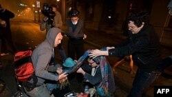 Učesnici protesta Okupiraj Volstrit pomažu 24-godišnjem veteranu rata u Iraku, Skotu Olsenu, koji je teško ranjen u glavu u sukobima sa policijom, 25. oktobra 2011.
