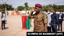 Le colonel-major Gilbert Ouédraogo, nouveau chef d'état-major des armées, salue sa prise de commandement à Ouagadougou, le 12 octobre 2021.