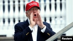 """En una serie de tuits mañaneros desde su club de golf en Bedminster, New Jersey, donde pasa vacaciones, Trump dijo: """"La base de Trump es mucho más grande y más fuerte que nunca antes""""."""