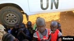 Những gia đình phải chuyển chỗ ở đang đứng chờ ở căn cứ của Liên Hiệp Quốc gần sân bay quốc tế Juba