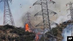 Algunos incendios forestales como el de Azusa, California, amenazan líneas de energía.