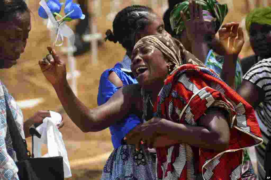 Những người họ hàng khóc thương khi chôn một người thân bị nghi chết vì virus Ebola tại một nghĩa trang mới ở ngoại ô Monrovia, Liberia, ngày 11 tháng 3, 2015.