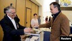 Dubes Perancis di AS, Gerard Araud (kanan), memberikan hak suaranya saat ia bergabung bersama warga Perancis lainnya yang tinggal di AS untuk memberikan hak suaranya dalam pilpres antara Emmanuel Macron dan Marine Le Pen, di Kedubes Perancis di Washington, D.C. tanggal 6 Mei 2017 (foto: REUTERS/Mike Theiler)