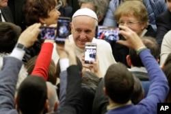 El papa Francisco saluda por Navidad a empleados de El Vaticano, el jueves 21 de diciembre de 2017.