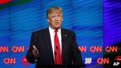 共和党总统参选人川普在CNN主办的共和党总统竞选辩论中发言。(2016年3月10日)