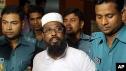 FILE - Mufti Abdul Hannan (c) leader of banned radical group Harkatul Jihad al Islami, stands at a court in Dhaka, Bangladesh, June 16, 2014.