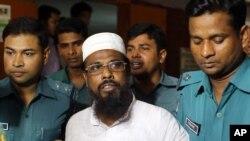 Pemimpin kelompok terlarang Harkatul Jihad al-Islami, Mufti Abdul Hannan (tengah) dikawal ketat saat menghadiri sidang di pengadilan Dhaka, Bangladesh, 16 Juni 2014 (Foto: dok).