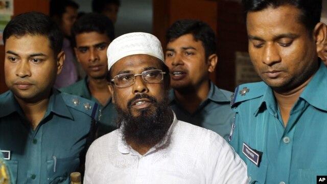 FILE - Mufti Abdul Hannan (c) leader of banned radical group Harkatul Jihad al Islami, stands at a court in Dhaka, Bangladesh, June 16, 2014.