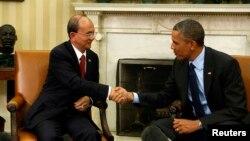 Presiden AS Barack Obama bersalaman dengan Presiden Myanmar Thein Sein di Gedung Putih, Washington. (Foto: Dok)