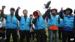 22일 임진각 주변에서 경차릐 통제로 대북 전단 살포에 실패하자 구호를 외치는 한국 탈북단체 관계자들. 이들은 강화도로 장소를 옮겨 대북 전단 12만장을 북한으로 날려보냈다.