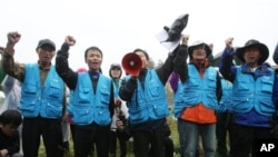 지난해 10월 임진각 주변에서 한국 탈북자단체 관계자들이 대북 전단 살포를 시도하다 경찰의 통제로 막히자 구호를 외치고 있다. (자료사진)