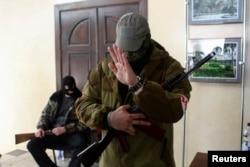 占领顿涅茨克市长办公室的蒙面的亲俄武装分子。(2014年4月16日)