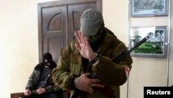 Milisi pro-Rusia siaga di kantor walikota Donetsk yang mereka kuasai di Ukraina timur (16/4).