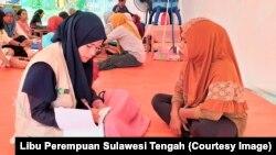 Kegiatan Outreach oleh Tenda Ramah Perempuan untuk mendata kebutuhan dan permasalahan yang dialami oleh perempuan di lokasi pengungsian Pantoloan Ova, Kecamatan Palu Utara, Sulawesi Tengah. (Foto : Libu Perempuan Sulawesi Tengah)