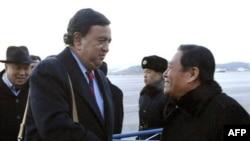 Билл Ричардсон (слева) во время переговоров с официальными лицами Северной Кореи.