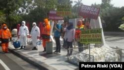 Aktivis lingkungan melakukan aksi menuntut Pemerintah Kota Surabaya melakukan tindakan atas tingginya pencemaran sungai Surabaya oleh Popok Bayi (foto VOA-Petrus Riski)