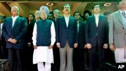 Le premier ministre Pakistanais Yusuf Raza Gilani et le premier ministre Hindou Manmohan Singh en Inde March 30, 2011. (Reuters)