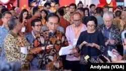 Presiden Joko Widodo didampingi Menteri Keuangan Sri Mulyani menjelaskan polemik amnesti pajak di BSD, Tangerang, Banten, 30 Agustus 2016. (VOA/Andylala Waluyo)