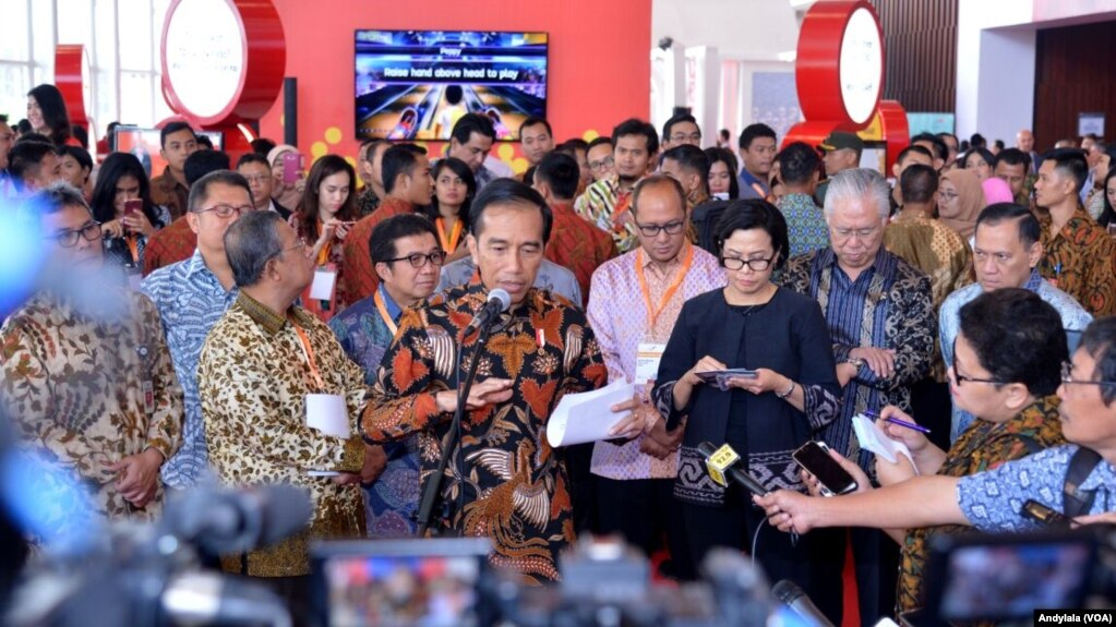Presiden Joko Widodo didampingi Menteri Keuangan Sri Mulyani menjelaskan soal polemik amnesti pajak di BSD Tangerang, Banten. (Foto: Dok)