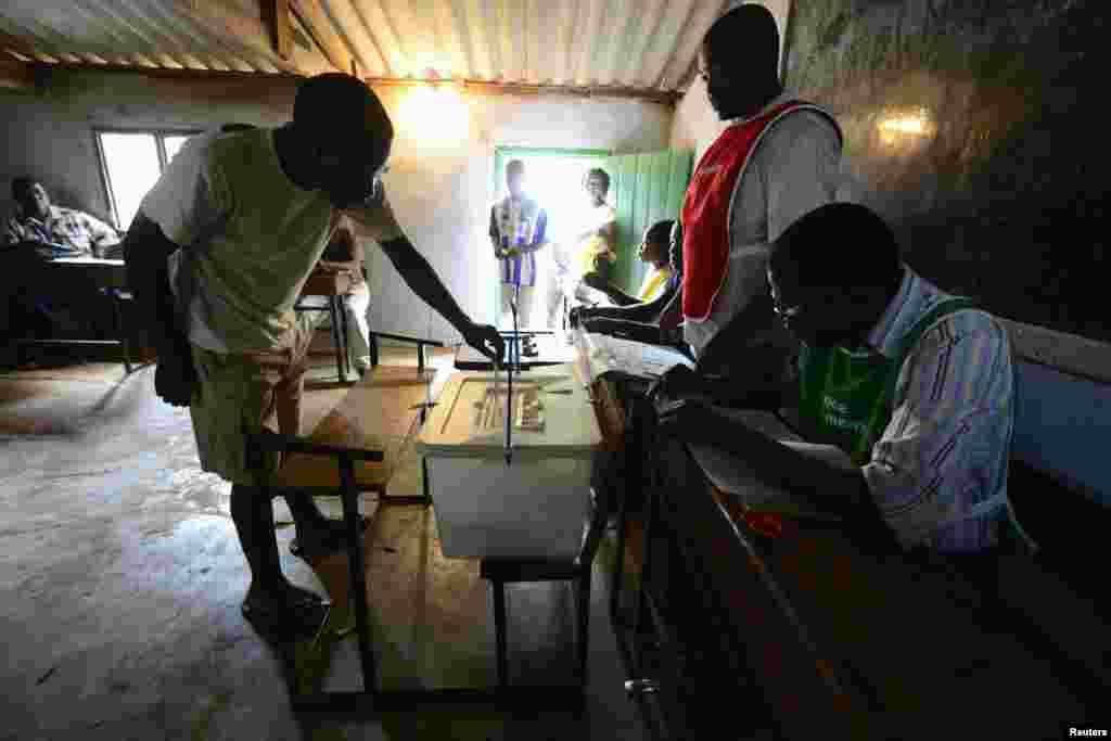 Eleitor vota numa assembleia de voto perto da Gorongosa , centro de Moçambique (20 Novembro 2013)