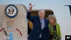 Wakil Presiden AS, Joe Biden dan istrinya, Dr. Jill Biden ketika tiba di bandara Ben Gurion di pinggiran Tel Aviv, Israel, Selasa (8/3).