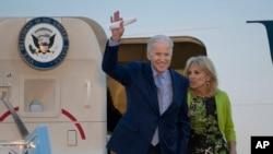 Wakil Presiden AS Joe Biden dan istrinya Dr. Jill Biden tiba di bandara Ben Gurion dekat Tel Aviv, Israel (8/3). (AP/Ariel Schalit)