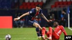Angel di Maria do Paris Saint-Germain disputa a bola com Alphonso Davies do Bayern de Munique, nos quartos de final da Liga dos Campeões. 13 de Abril 2021