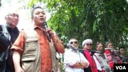 Sekjen Majelis Kedaulatan Rakyat Indonesia (MKRI) Adhie Massardi (kedua dari kiri) melakukan orasi didampingi politisi Permadi (kiri). (VOA/Fathiyah Wardah)
