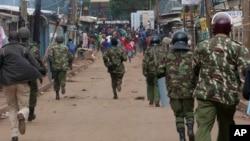Des partisans de l'opposition fuient la police anti-émeute lors d'une manifestation à Kibera Slums, Nairobi, Kenya, le 23 mai 2016.