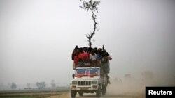 Cảnh một chiếc xe chở quá tải ở Nepal, thiếu điều kiện an toàn