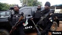 Des policiers déployés dans le quartier Cocody à Abidjan, Côte d'Ivoire, 20 juillet 2017.