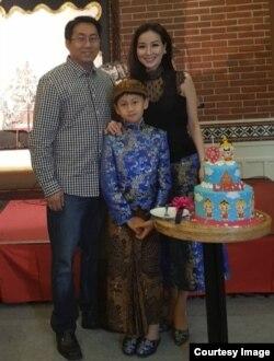 Larry bersama kedua orangtuanya (courtesy: Olivia).