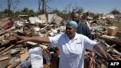 Những trận bão lốc tuần qua đã xóa sạch hàng ngàn nhà cửa, trường học và các cơ sở kinh doanh