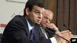 Thứ trưởng Tài chính Hoa Kỳ David Cohen (trái) điều trần trước Quốc hội