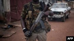 Un homme armé fait une garde dans le quartier de PK5, à Bangui, RCA, le 15 novembre 2017.
